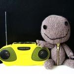 Sackboy lyssnar på musik