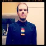 Marin skjorta med Guitar Hero-slips