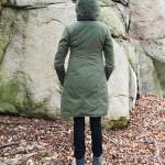 Grön kappa bak med luva på